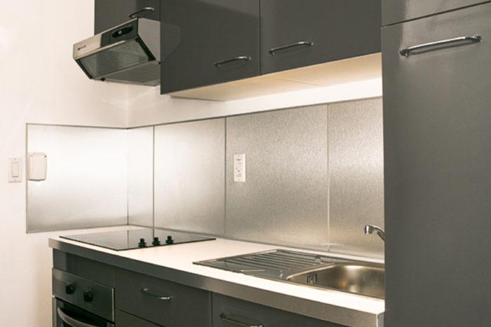 Commodore Suites - Deluxe Studio Suite - Double Bed Kitchen