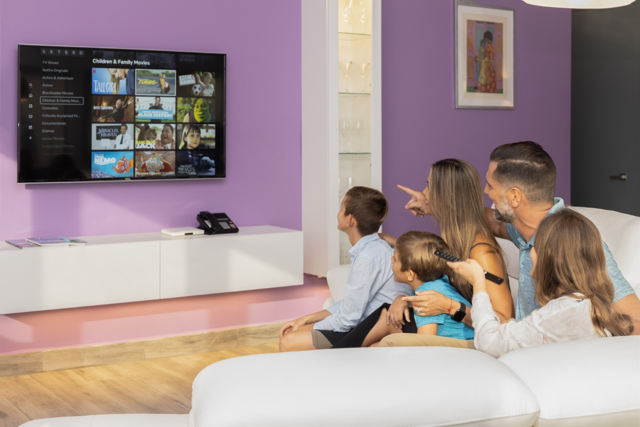 Commodore Suites - NETFLIX and chill - Amenities - Comfort, Family Stay - Movie Night