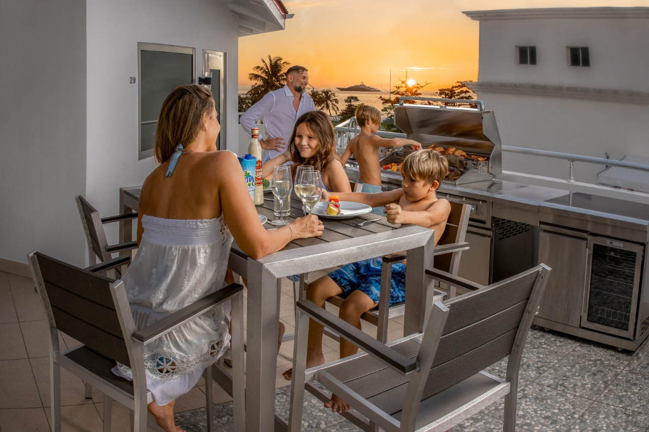 Rooftop BBQ - Seating Area - Rooftop Lounge - Get together at Commodore Suites