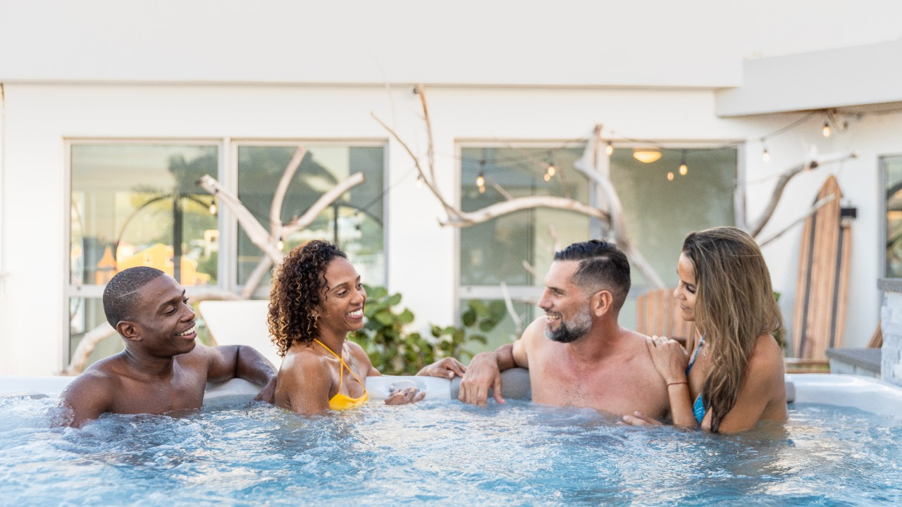 Rooftop Jacussi - Get together at Commodore Suites - Romantic, Healthy Stay